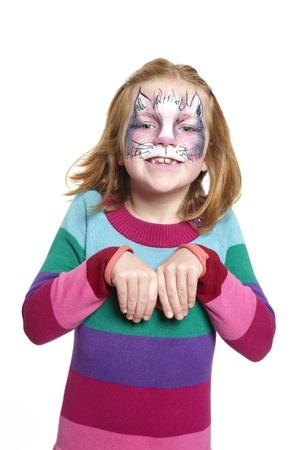 pintura en la cara: Chica joven con el gato pintura de la cara sonriente sobre fondo blanco Foto de archivo