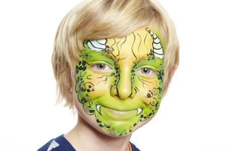 pintura en la cara: Chico joven con el monstruo pintura de la cara sonriente sobre fondo blanco