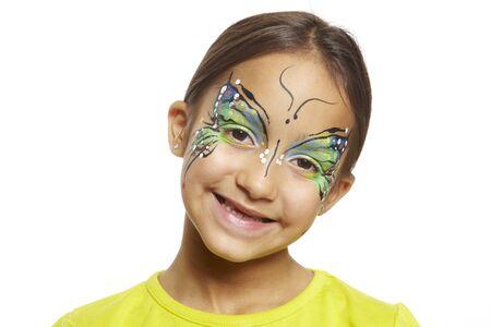 pintura en la cara: Chica joven con la mariposa pintura de la cara sonriente sobre fondo blanco