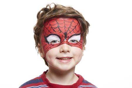 pintura en la cara: Chico joven con pintura de la cara de spiderman sonriente sobre fondo blanco