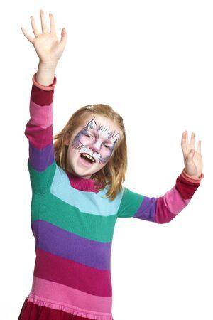 peinture visage: Jeune fille avec chat peinture de visage souriant sur fond blanc