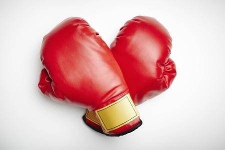 guantes de boxeo: Guantes de boxeo rojos sobre fondo blanco Foto de archivo