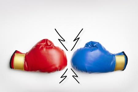 guantes de boxeo: Guantes de boxeo rojos y azules sobre fondo blanco Foto de archivo