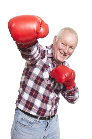 guantes de boxeo: Hombre mayor con guantes de boxeo sonrientes en el fondo blanco Foto de archivo