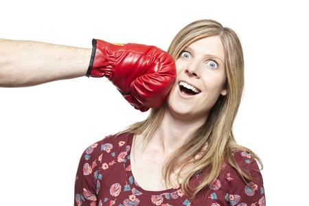 mujeres peleando: Lucha Pareja joven con guantes de boxeo sonriente sobre fondo blanco Foto de archivo