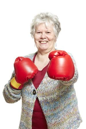 damas antiguas: Superior de la mujer con guantes de boxeo sonrientes en el fondo blanco Foto de archivo