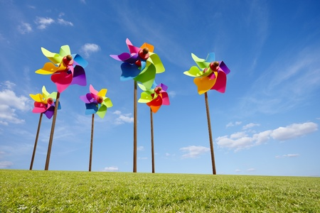 Speelgoed molen concept van groene energie windpark in veld