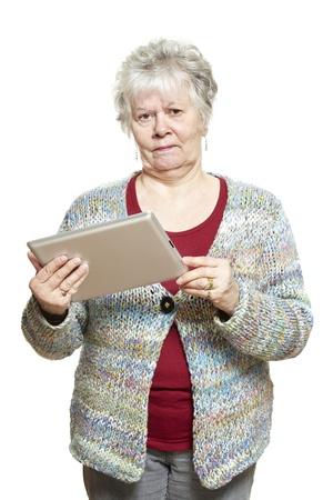 perplexing: Superior de la mujer con tablet PC en busca confundir sobre fondo blanco