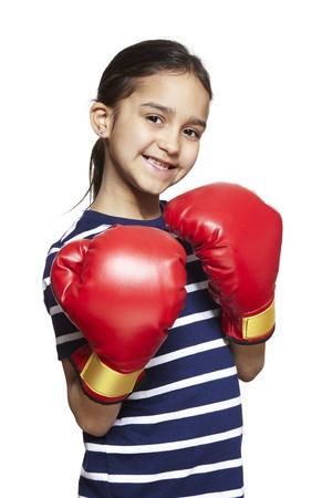 guantes de boxeo: Chica joven con guantes de boxeo sonriente sobre fondo blanco