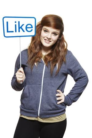 Tiener die een social media teken lachend op witte achtergrond