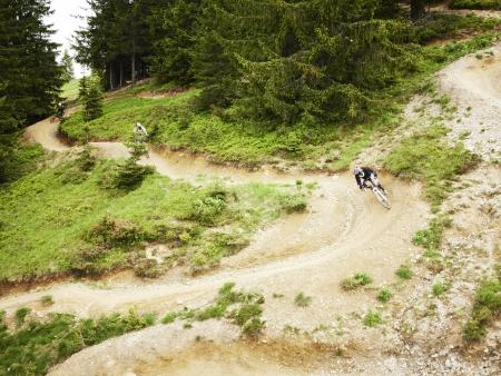 Mountainbikers rijden fiets parcours door de bossen Stockfoto