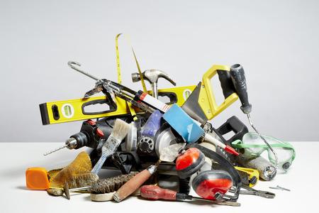 Doe het zelf hulpmiddelen in stapel op een witte achtergrond. Huishoudelijke DIY karwei begrip Stockfoto - 26818132