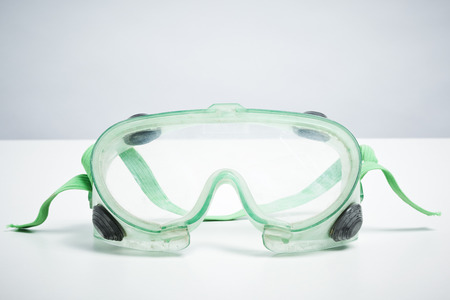 Tun Sie es sich eine Schutzbrille auf weißem Hintergrund. DIY Schutz und Sicherheitskonzept