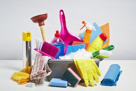 Huis schoonmaken producten stapel. Huishoudelijk karwei concept op witte achtergrond Stockfoto