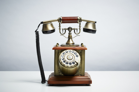 telefono antico: Telefono antico isolato su sfondo bianco Concetto di comunicazione