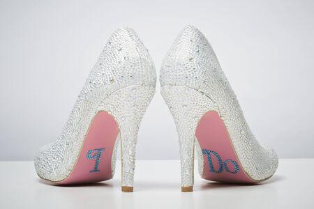 Chaussures de mariée mariage avec moi un message sur la semelle isolé sur fond blanc. concept de mariage