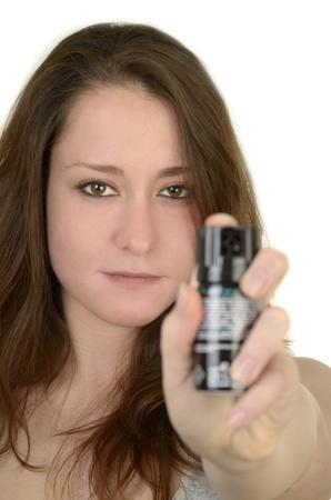defensa personal: mujer joven muestra la mano abierta antes de fondo blanco, idolated, tiro del estudio