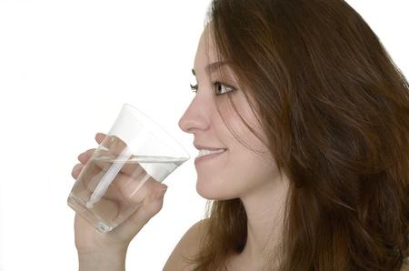 sediento: Mujer joven con un vaso de agua y bebidas, Foto de estudio, el perfil aislado, Foto de archivo