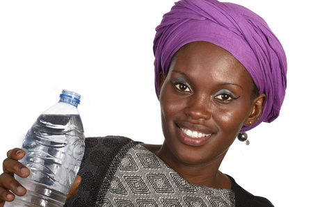 modelos negras: Muchacha bonita africano con una botella de agua, tiro del estudio
