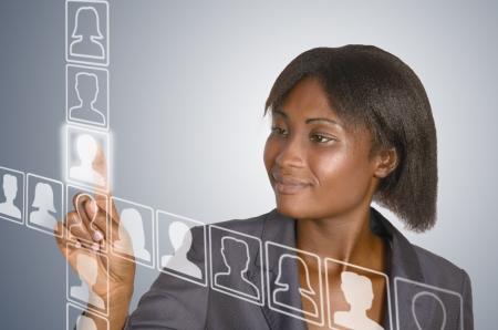 touchscreen: Mujer de negocios africano tocando virtual de la pantalla t�ctil, disparo de estudio