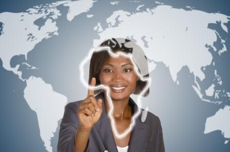 mapa de africa: Mujer de negocios africano tocando virtual de la pantalla táctil, disparo de estudio