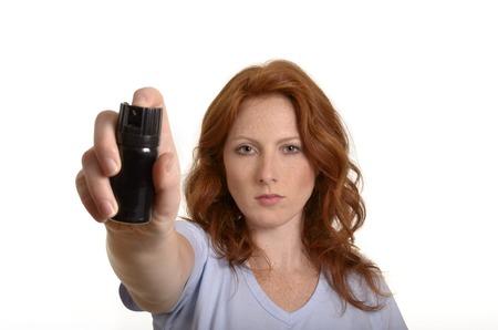 defensa personal: Mujer pelirroja bonita con gas pimienta, Foto de estudio