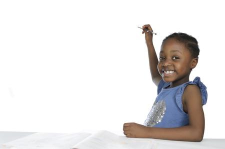 ni�os en la escuela: Ni�a africana escrito con l�piz, copia espacio libre, Foto de estudio
