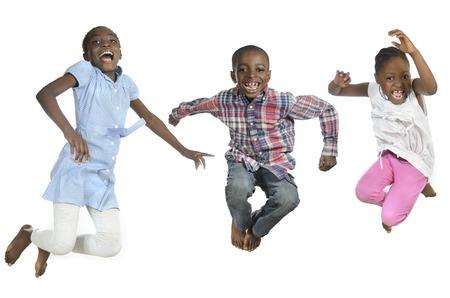 Drie Afrikaanse kinderen springen hoog, Studiofoto