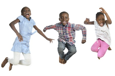 Trois enfants africains sauter haut, vue en studio