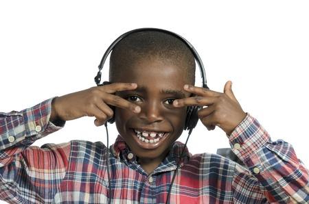 music therapy: Ni�o africano con los auriculares escuchando m�sica, Foto de estudio Foto de archivo