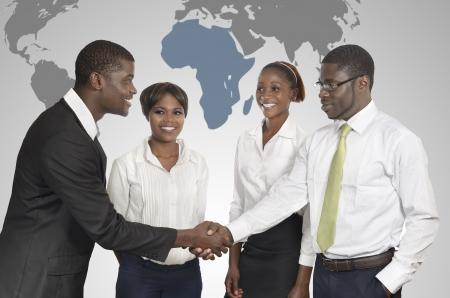 전세계에: 아프리카 비즈니스 사람들이 세계지도, 스튜디오 촬영