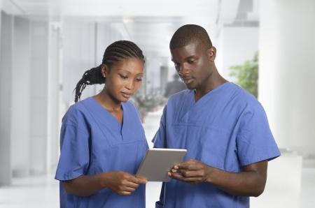 enfermeria: Equipo pysician africano con Tablet PC en la clínica, Foto de estudio Foto de archivo