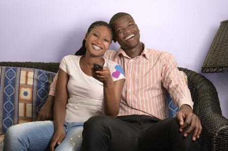 condones: Pareja joven africano en el sof�, Foto de estudio