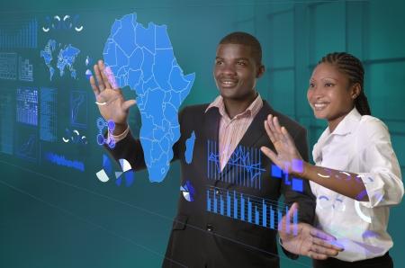 アフリカのビジネス チーム仮想タッチ スクリーン、スタジオ撮影に取り組んで