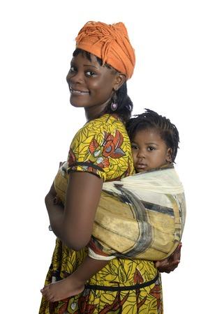 femmes souriantes: Femme africaine portant un enfant sur le dos, Prise de vue en studio