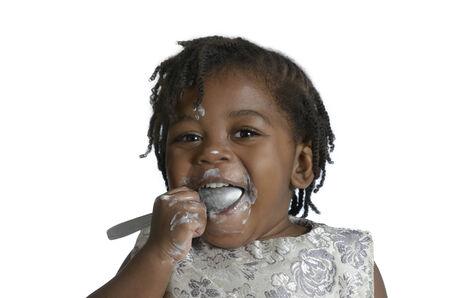niños negros: Niño africano que se divierten mientras se come, Foto de estudio Foto de archivo