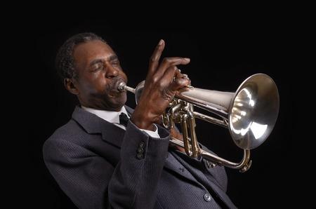 黒ジャズ フリューゲル ホルン プレーヤー、スタジオ撮影