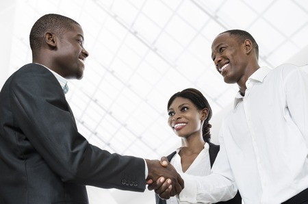 africanas: Tres hombres de negocios apretón de manos africanas, Foto de estudio, Camerún