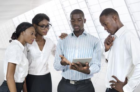 popolo africano: Quattro uomini d'affari africani con tablet PC, Fotografia da studio