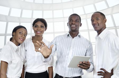 afroamericanas: Cuatro hombres de negocios africanos con tablet PC, Foto de estudio Foto de archivo