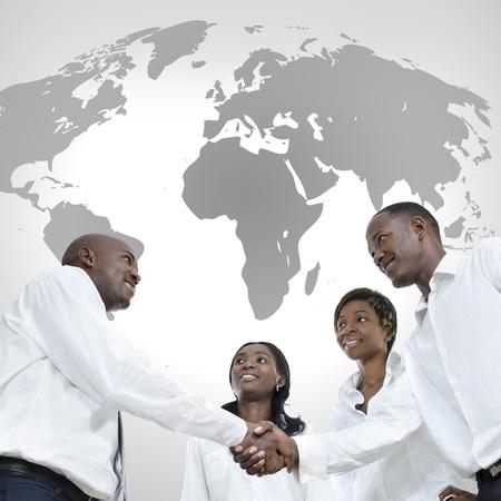 cartina africa: Quattro partner commerciali africani si stringono la mano, studio