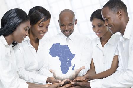 Afrikaanse bedrijfsleven team met kaart van Afrika, Studio Shot Stockfoto