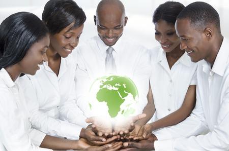 African Business-Team mit Karte von Afrika, Studioaufnahme Standard-Bild