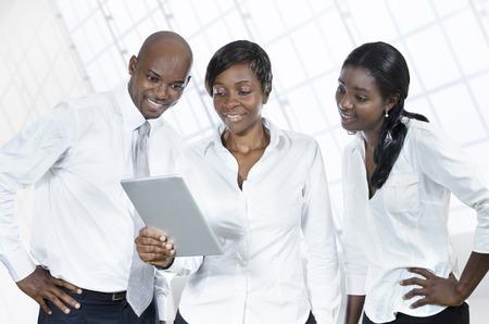 reuniones empresariales: Tres hombres de negocios africanos con tablet PC, Foto de estudio Foto de archivo