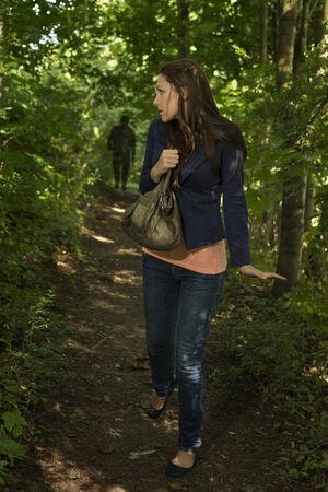suspenso: Paranoid mujer en el bosque, Toma exterior Foto de archivo