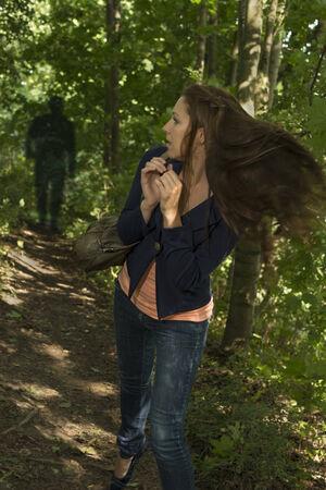 suspenso: Mujer Paranoid en fores, Toma exterior Foto de archivo