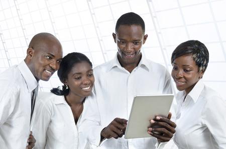 visitekaartje: Vier Afrikaanse mensen met een tablet-pc's bedrijf, studio-opname