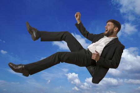 hombre cayendose: Hombre que cae en el cielo, foto de estudio