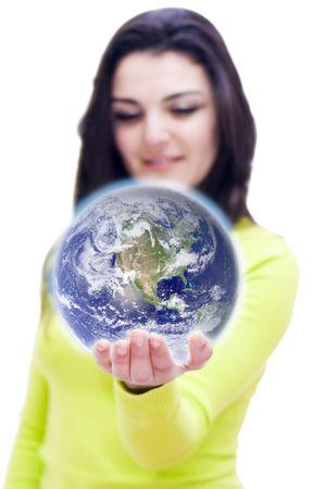 el mundo en tus manos: Imagen conceptual del mundo en la mano de una mujer con DOF