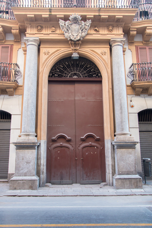 puerta de metal: Puerta vieja del metal Foto de archivo